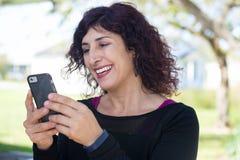 Хорошие новости на сотовом телефоне стоковое изображение rf