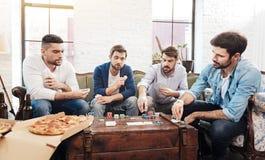 Хорошие смотря карточки зверских людей играя Стоковое Фото
