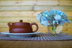Хороший бак чая и пук цветков стоковое фото rf