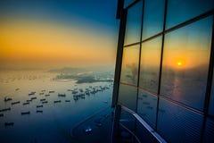 Хороший взгляд на известном здании перемещения в Гонконге пока заход солнца стоковые изображения