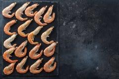 Хороший выбор сырцовых креветок для обедающего на каменной плите еда вареников предпосылки много мясо очень Рамка для вашего текс стоковая фотография rf