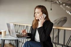 Хороший день i хочет представить заказ интернета Портрет симпатичной занятой женщины сидя в кафе, делая ресервирование внутри Стоковое Фото