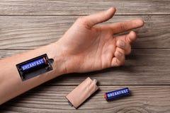 Хороший завтрак подпитывает весь день Рука человека с шлицем для поручая батарей с завтраком Стоковые Фотографии RF