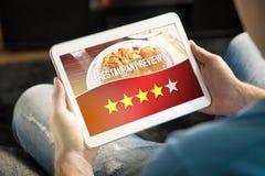 Хороший обзор ресторана Удовлетворенный и счастливый клиент стоковое фото rf