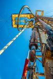 Хороший сверлить для продукции нефти и газ на поле стоковое фото rf