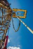 Хороший сверлить для продукции нефти и газ на поле стоковые фото