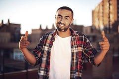 Хороший смотря молодой арабский человек в вскользь одеждах в городском environme Стоковые Изображения RF