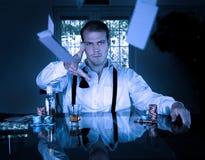 Хороший смотря мужской картежник сидит на играть таблицу с карточками и обломоками стоковые изображения