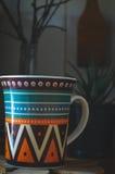 Хороший чай с травами и печеньями в кухне Стоковое фото RF