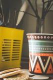 Хороший чай с травами и печеньями в кухне Стоковая Фотография RF