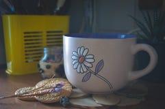 Хороший чай с травами и печеньями в кухне Стоковое Фото