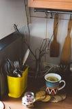 Хороший чай с травами и печеньями в кухне Стоковое Изображение