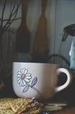 Хороший чай с травами и печеньями в кухне Стоковая Фотография