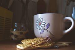 Хороший чай с травами и печеньями в кухне Стоковые Изображения