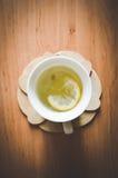 Хороший чай с травами и печеньями в кухне Стоковое Изображение RF