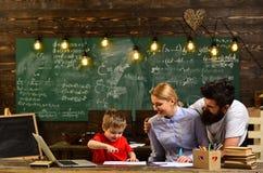 Хороший seek учителей включил студентов, зрелого учителя гувернера давая частные уроки к мальчику preschool, академичный успех стоковые изображения rf