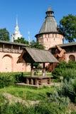 Хорошо внутри сад apothecary монастыря спасителя St Euthymius, России, Suzdal Стоковые Фото