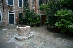 Хорошо в дворе в Венеции стоковое изображение rf