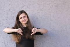 Хорошо одетая девушка в черной рубашке стоковые изображения
