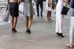 Хорошо одетые женщины в городе Стоковые Фото