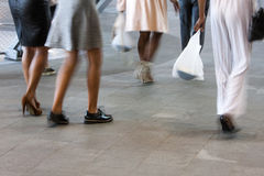 Хорошо одетые женщины в городе Стоковое фото RF