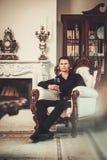 Хорошо одетый человек в роскошном интерьере дома Стоковое Изображение RF