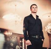 Хорошо одетый человек в роскошном интерьере дома Стоковое Фото