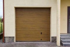 Хорошо поддерживаемое свойство Lit лета солнца дверью широко большой коричневой автоматической заштукатуренного разделенного отве стоковые фото
