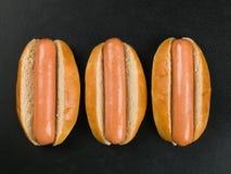 3 хот-дога в плюшках хлеба Стоковая Фотография RF