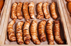 Хот-дог с семенами сезама на полке в магазине хлебопекарни Стоковая Фотография