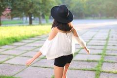 Хохот эмоций чудесного женского захода солнца шляпы азиатского жизнерадостный Стоковая Фотография RF