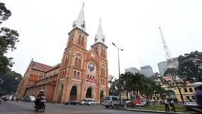 Хошимин, Вьетнам-январь 11,2017: Взгляд одной из главных достопримечательностей собора Сайгона Нотр-Дам города видеоматериал
