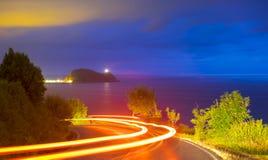 Ход автомобиля светлый на дороге на ноче Стоковые Изображения