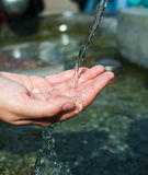Ход воды к раскрытой женской руке Стоковое фото RF