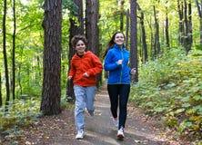 Ход девушки и мальчика, скача в парк Стоковые Изображения RF