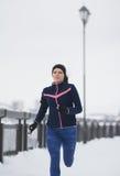 Ход девушки фитнеса модельный на прогулке зимы снега, jogging Стоковое Фото