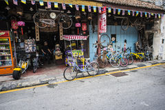 Ходите по магазинам в Малайзии с снаружи припаркованным велосипедом правым Стоковые Изображения RF