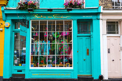 Ходите по магазинам с экзотической модой на дороге Portobello, Лондоне, Великобритании стоковая фотография