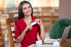 Ходить по магазинам бизнес-леди онлайн Стоковые Изображения