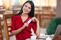 Ходить по магазинам бизнес-леди онлайн Стоковое Изображение