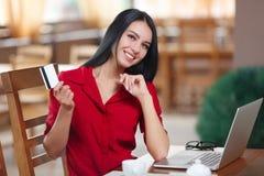 Ходить по магазинам бизнес-леди онлайн Стоковые Изображения RF