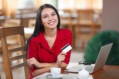 Ходить по магазинам бизнес-леди онлайн Стоковое Фото