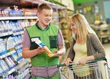 Ходить по магазинам в супермаркете Стоковое Изображение RF