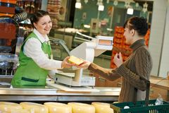 Ходить по магазинам в супермаркете Стоковые Фото