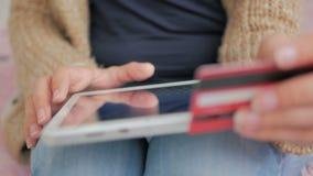 Ходить по магазинам женщины онлайн на цифровой таблетке с кредитной карточкой Стоковое Изображение RF