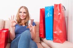 Ходить по магазинам женщины онлайн на smartphone делая одобренный жест Стоковое Изображение RF