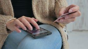 Ходить по магазинам женщины онлайн на smartphone с кредитной карточкой Стоковые Фото