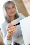 Ходить по магазинам женщины онлайн от дома Стоковое фото RF
