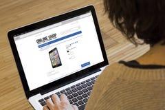 Ходить по магазинам компьютера женщины онлайн Стоковое Изображение
