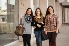 Ходить по магазинам красивых девушек идя на моле Стоковое Фото